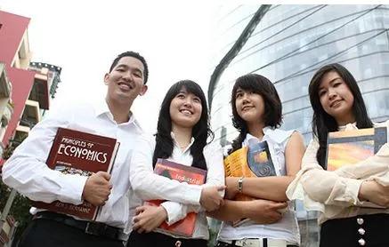 新加坡经济发达,人们生活质量比较高,是一个高品质的文明国家。在新加坡,人们相当重视教